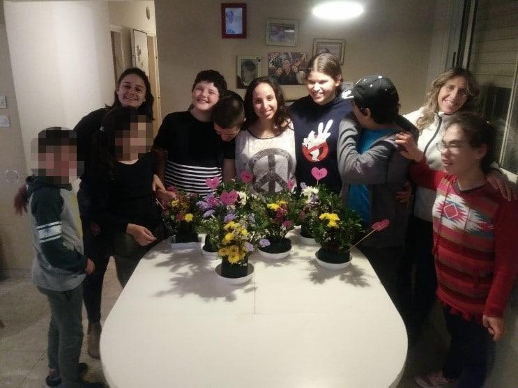 תוצרי שזירת הפרחים ותמונה קבוצתית