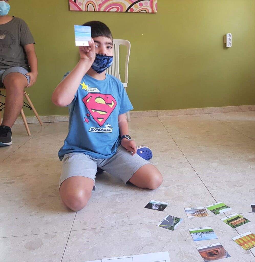 אחד החברים מחזיק תמונה של ים