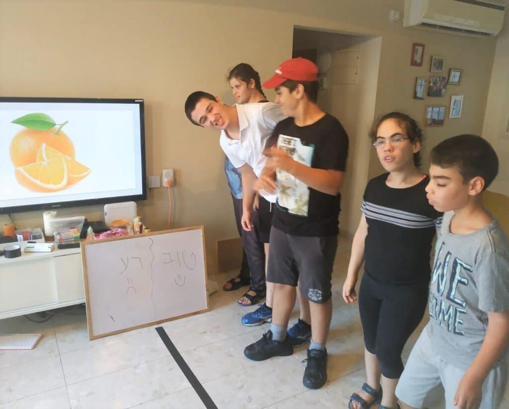 משחקים ים ישבה כשברקע מוצגת תמונה של תפוז ועליהם להחליט האם הריח שלו טוב או רע