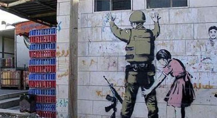 אחד מציוריו של בנקסי. ילדה מחפשת על גופו של חייל