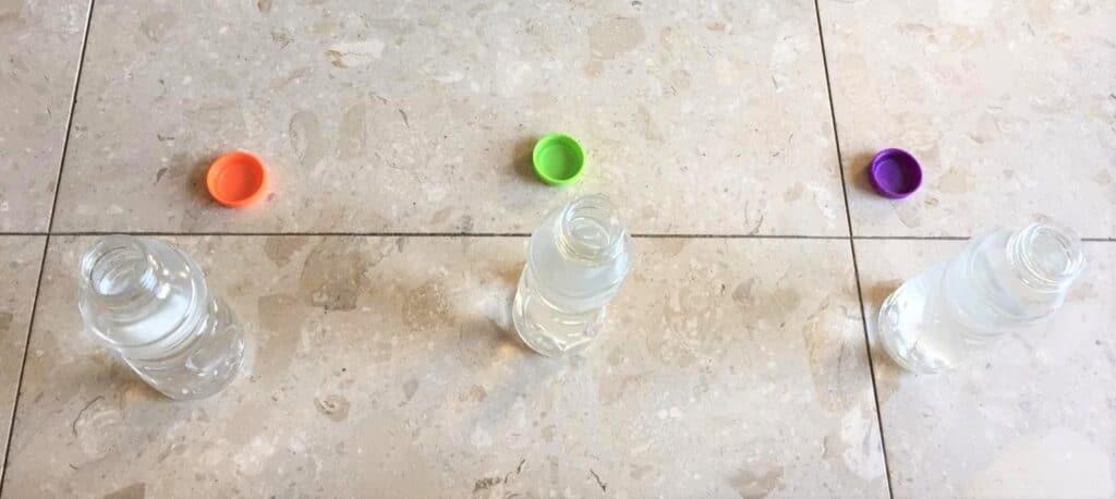 בקבוקי מים בטעמים ללא התוויות יוצרים תמונה של שלושה בקבוקי מים זהים שאין איך להבחין בינהם פרט לטעם